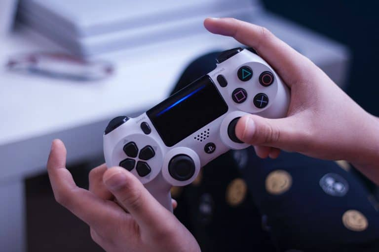 Due giochi PS4 gratis da Sony: è l'iniziativa di Play At Home