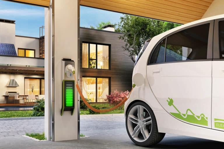 Ricaricare l'auto elettrica a casa: come fare e quanto costa?